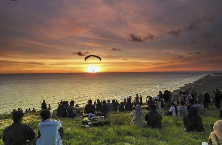 Bukit Paralayang Watugupit, Wisata Senja yang Estetik